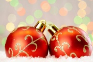 两个红色圣诞彩球图片