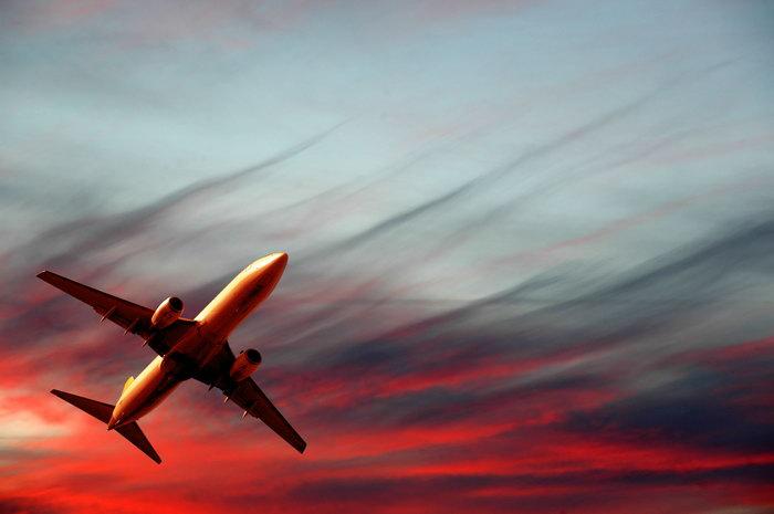 夕阳飞机图片