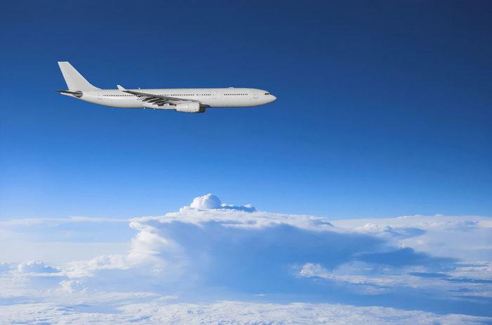 云层上的飞机图片-素彩图片大全