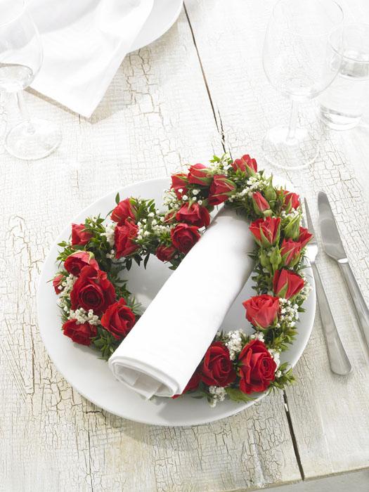 餐盘上的心形花环图片-素彩图片大全