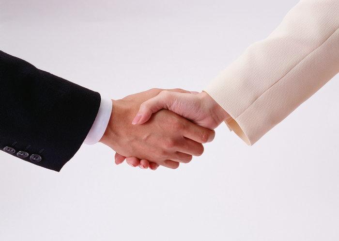相互握手手势图片