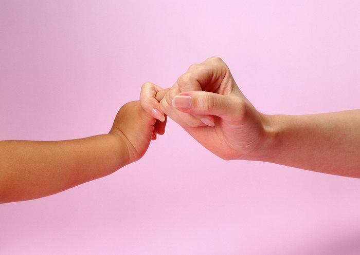 母亲婴儿勾手指头图片