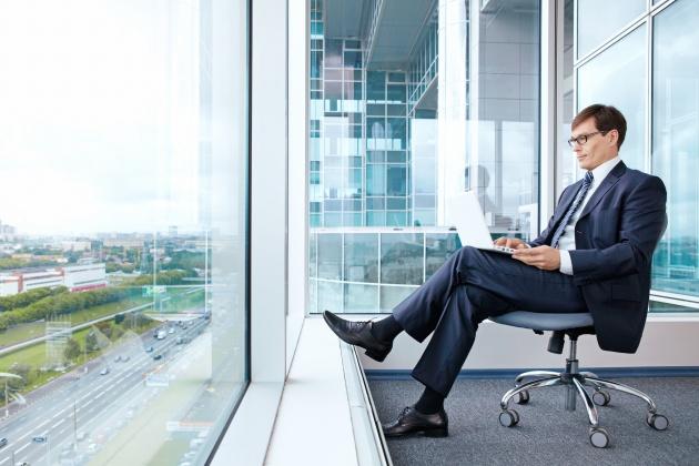 办公室男职员图片,人物图片,帅哥图片,办公室男职员,玻璃窗,办公室,男
