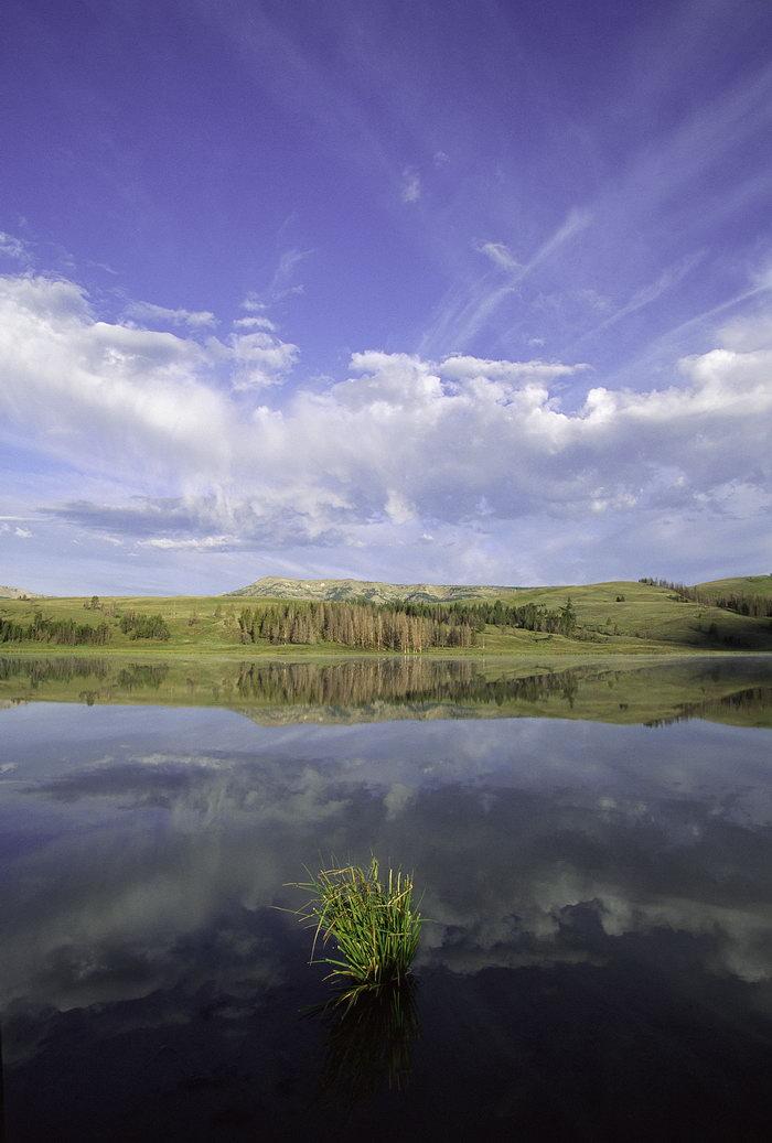 山坡湖水风景图片-素彩图片大全