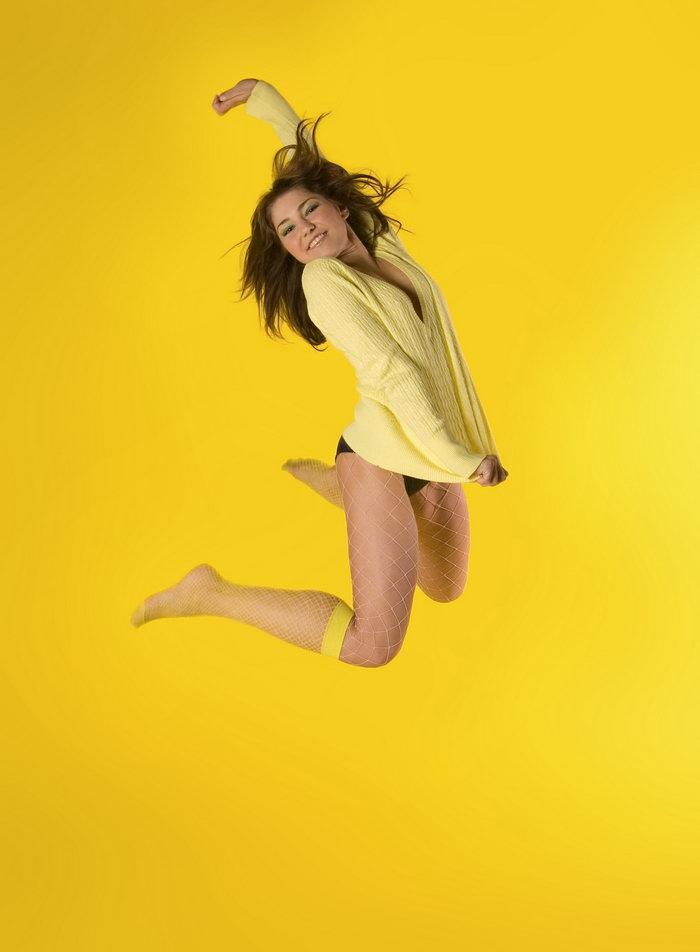 跳跃的外国女人图片