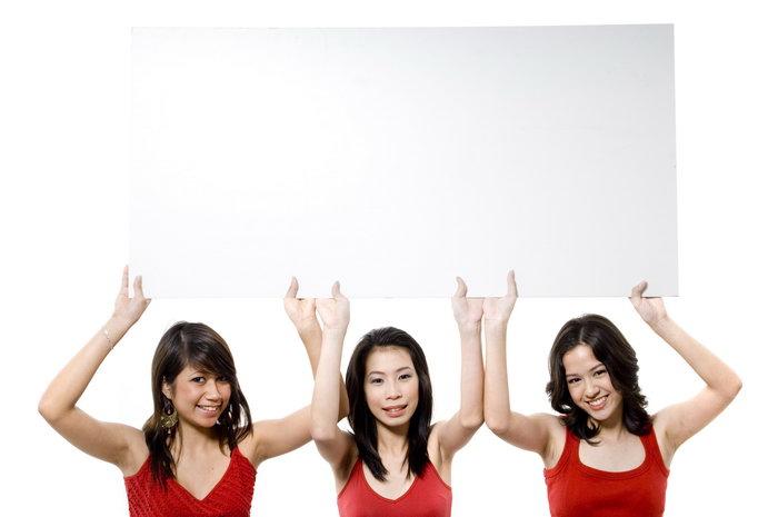 三个女人举牌子图片
