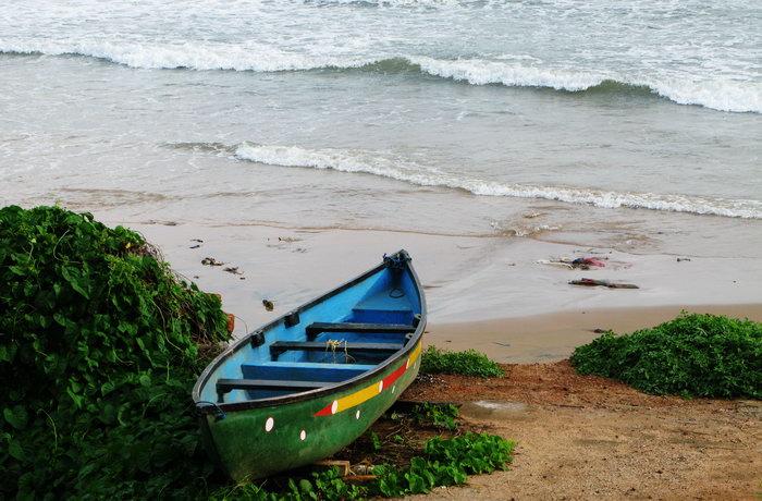 彩海边风景画简单_海滩小船大海风景风光图片-素彩图片大全